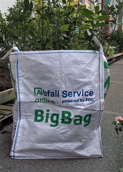 big-bag-beim-shoppen-im-gartenmarkt-abfall-service-online